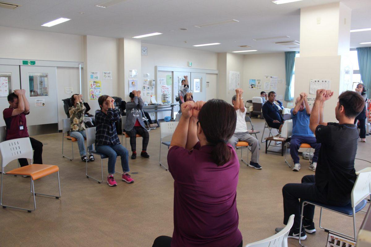 ちむぐくる館の健康増進室で健康体操!